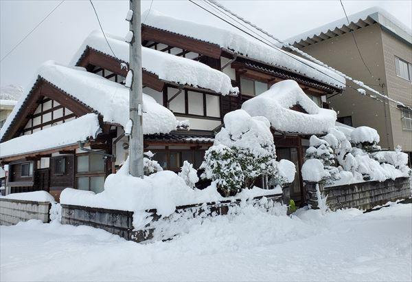 積雪に埋もれた家